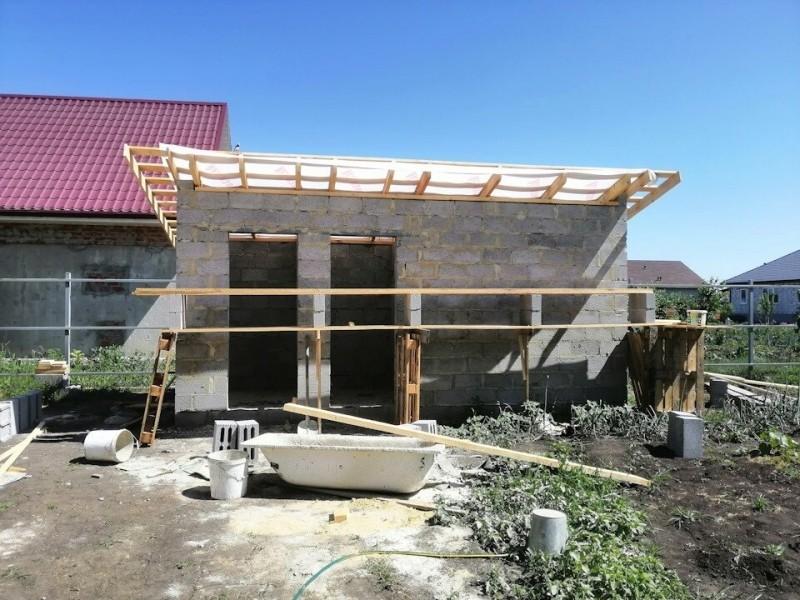 Перед стройкой дома, рабочие построили на участке туалет и душ, получилось шикарно. Фото До/После.