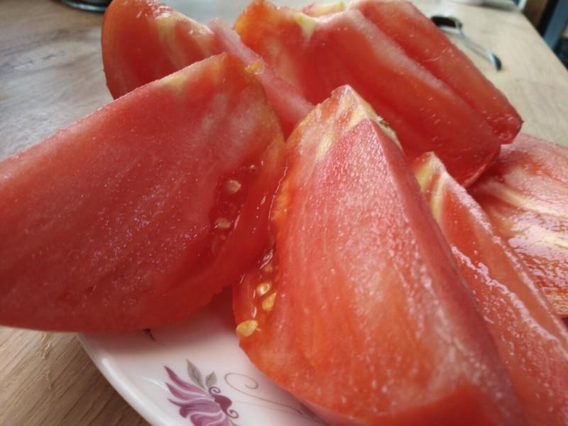 Ты выращиваешь противные Пластмассовые помидоры. Да ещё и другим впихиваешь....