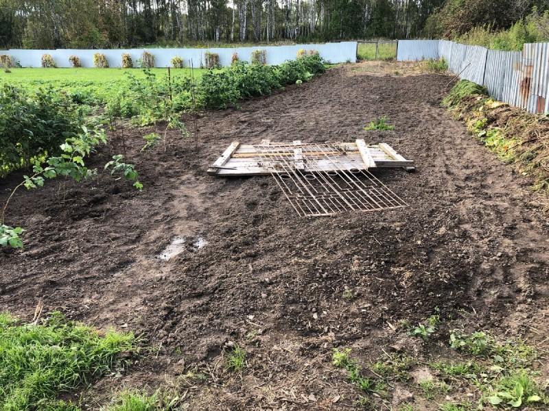 Приводим участок в порядок, выравниваем землю под газон