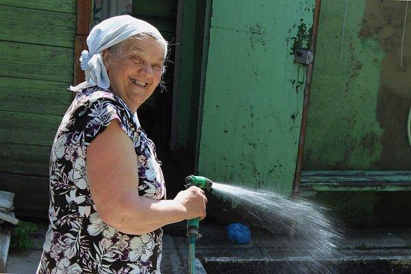 Неизвестные люди помогали бабушке на даче, вспахивали грядки и высаживали рассаду