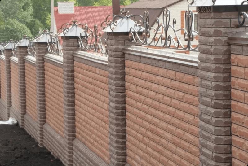 Кому из соседей принадлежит забор между участками по закону?